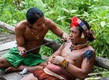 人Mentawai部落做纹身花刺 免版税库存图片