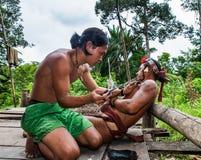 人Mentawai部落做纹身花刺 图库摄影