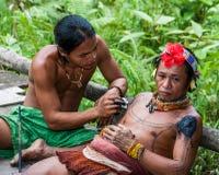 人Mentawai部落做纹身花刺 库存图片