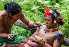 人Mentawai部落做纹身花刺 库存照片