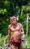 人Mentawai部落在密林进来 库存图片