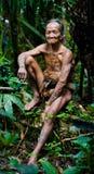 人Mentawai部落在密林 免版税库存图片
