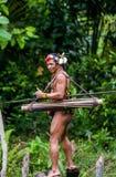 人Mentawai部落在密林 免版税库存照片