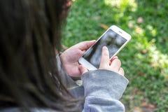 人palying的智能手机 图库摄影