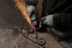 人s手伪造焊剂伪造了产品连接 库存图片