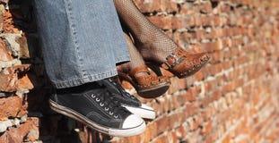 人s穿上鞋子妇女 免版税图库摄影
