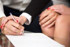 人singning的婚姻财产契约 库存图片