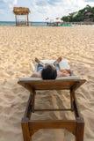 人sunbath垂直的照片和放松在美丽的海滩 库存照片