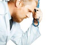 人Thinking医生和疲倦 Is Considering Diagnosis?? 在被隔绝的背景的病人护理概念 免版税图库摄影