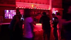 人Timelapse在酒吧后的在夜总会 影视素材