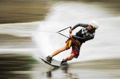 人wakeboarding的年轻人 免版税库存照片