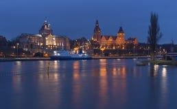 什切青在波兰/城市在历史建筑学的夜/waterfont视图之前 免版税图库摄影