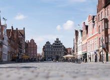 3-26-2017什未林,德国:镇中心低角度视图有历史建筑的在什未林 免版税库存图片