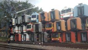 仅为社论使用,2018年10月28日,没人被看见,堆五颜六色的使用的腐蚀性火车无盖货车,在purwakarta火车站,w 免版税库存图片