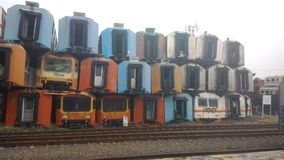 仅为社论使用,2018年10月28日,没人被看见,堆五颜六色的使用的腐蚀性火车无盖货车,在purwakarta火车站,w 免版税库存照片