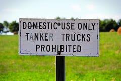 仅家用罐车被禁止的标志 免版税库存照片