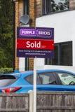 仅紫色在网上砖房地产经纪商 免版税库存照片