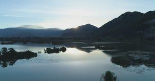 今后搬到日出湖在夏天 欧洲意大利室外绿色自然scape狂放的空中establisher 4k寄生虫飞行 股票视频