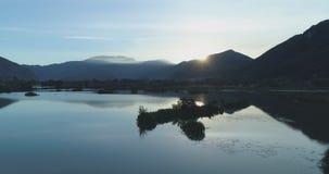 今后搬到日出湖在夏天 欧洲意大利室外绿色自然scape狂放的空中establisher 4k寄生虫飞行 影视素材