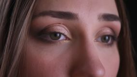 今后看与美好的构成的年轻俏丽的白种人女性眼睛特写镜头射击有被隔绝的背景  影视素材