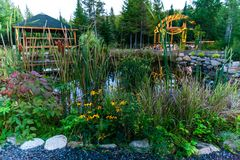 介入种植园、池塘、眺望台和圆顶的壮观的园艺的项目 免版税库存照片