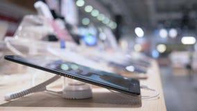 介绍在电子商店,几个设备为显示开始在陈列室里的特写镜头的片剂计算机 股票视频