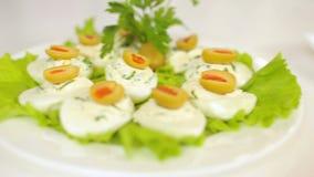 介绍餐馆食物,午餐,热和点心,萝卜沙拉,夏南瓜炸肉排 影视素材