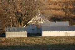 仍然加点我们的风景的美妙的老谷仓 免版税库存照片