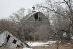 仍然加点我们的风景的美妙的老谷仓 免版税库存图片