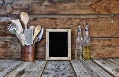 仍然厨房生活 在一个立场的厨房器物在木墙壁附近 厨房工具,与自由空间的木制框架在成套工具的文本的 库存照片