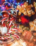 仍然圣诞节生活 自创姜饼干,藤茎糖果,在a 图库摄影