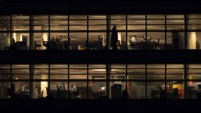 仍然工作在办公楼的人在晚上 免版税图库摄影