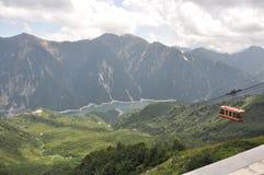仍然湖和缆车在Kurobe富山 免版税库存图片