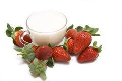 仍然生活牛奶草莓 免版税图库摄影