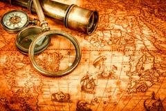 仍然生活葡萄酒 在古老地图的葡萄酒项目 库存图片