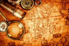 仍然生活葡萄酒 在古老地图的葡萄酒项目 免版税库存照片