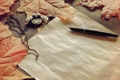 仍然秋天生活 与时钟的老被染黄的纸和墨水写作ne 库存图片