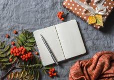仍然秋天生活 空白的空的笔记薄, ashbery,在灰色背景的自创礼物,顶视图 文本的空位 舒适家 图库摄影