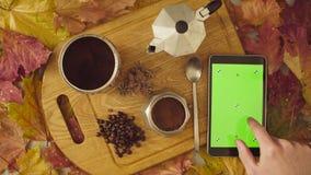 仍然秋天生活 色度关键片剂和咖啡 免版税库存图片