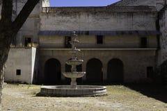 仍然站立在殖民地房子里的喷泉在墨西哥 免版税库存照片