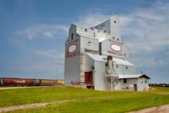 仍然运作的谷物仓库铁路SK加拿大 库存照片