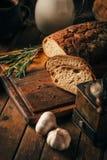 仍然1寿命 农产品:鸡蛋,牛奶,在一张木桌上的新鲜面包 特写镜头一把戏 免版税库存图片