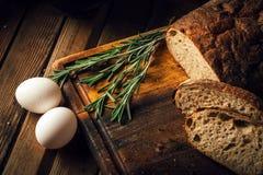 仍然1寿命 农产品:鸡蛋,牛奶,在一张木桌上的新鲜面包 特写镜头一把戏 库存照片
