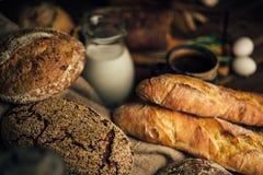 仍然1寿命 农产品:鸡蛋,牛奶,在一张木桌上的新鲜面包 特写镜头一把戏 免版税库存照片