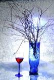仍然1寿命 冬天花束 蓝色花瓶 抽象玻璃图象酒 雪 冷 免版税库存图片