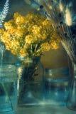 仍然1寿命 在瓶子的黄色花在阳光下 图库摄影