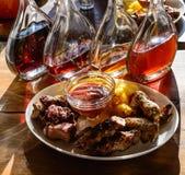 仍然1寿命 照片显示有水多的烤肉串和油煎的土豆的一块板材 在背景中,蒸馏瓶透明玻璃a 免版税库存图片