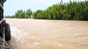 从一个传统越南小船航行的边的观点在湄公河,越南的 股票视频