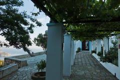 从一个修道院的观点在斯科派洛斯岛镇日出的,斯科派洛斯岛海岛的小山的  免版税图库摄影