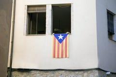 从一个公寓的窗口张贴的加泰罗尼亚的旗子在抗议的 免版税库存图片